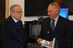5 Il Prof. Ruggiero premia il Prof. Pedicini